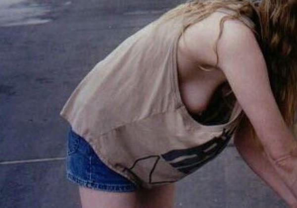 【チラ見】タンクトップ女子の袖口から見えるビーチクが一番興奮するっていう説を立証するwwwwwwwwwww(画像あり)