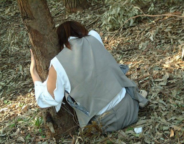 野外で放置されてる黒髪美少女、ワケアリっぽいと思ったらレ〇プされてた件。。。(画像あり)・1枚目