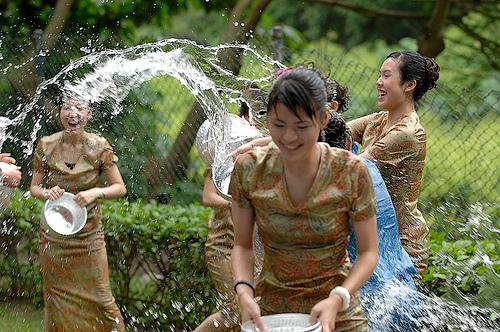 【濡れ透け】中国の「水掛け祭り」とかいうギャラリーが男だらけのイベントwwwwwwwwwwww・1枚目