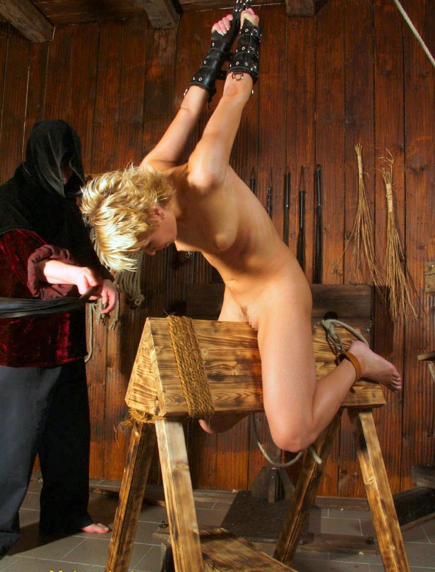 【閲覧注意】ガチの三角木馬とかいう拷問器具怖すぎwwwwwwwwwww(画像あり)・10枚目