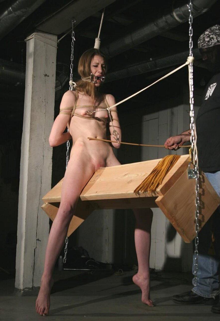 【閲覧注意】ガチの三角木馬とかいう拷問器具怖すぎwwwwwwwwwww(画像あり)・11枚目