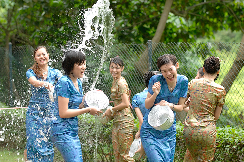 【濡れ透け】中国の「水掛け祭り」とかいうギャラリーが男だらけのイベントwwwwwwwwwwww・11枚目