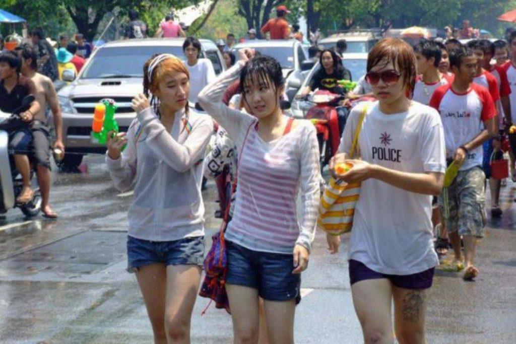 【濡れ透け】中国の「水掛け祭り」とかいうギャラリーが男だらけのイベントwwwwwwwwwwww・12枚目