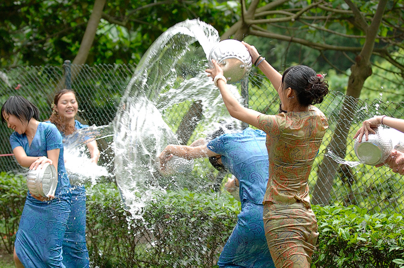 【濡れ透け】中国の「水掛け祭り」とかいうギャラリーが男だらけのイベントwwwwwwwwwwww・13枚目