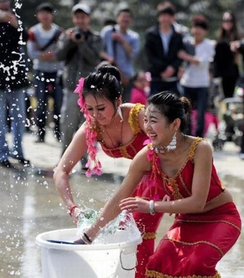 【濡れ透け】中国の「水掛け祭り」とかいうギャラリーが男だらけのイベントwwwwwwwwwwww・14枚目