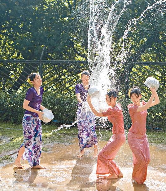 【濡れ透け】中国の「水掛け祭り」とかいうギャラリーが男だらけのイベントwwwwwwwwwwww・15枚目