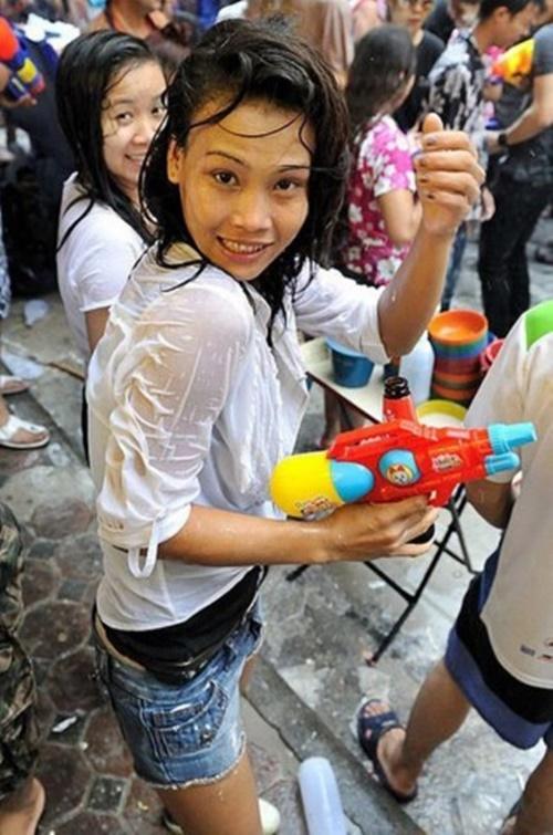 【濡れ透け】中国の「水掛け祭り」とかいうギャラリーが男だらけのイベントwwwwwwwwwwww・16枚目