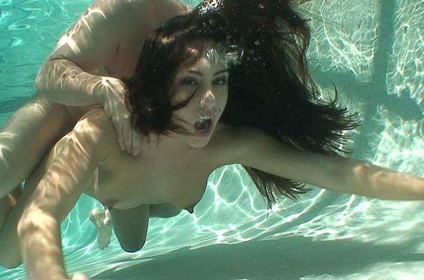 【エロ画像】違う気持ちよさがあると話題の「水中SEX」が流行するwwwwwwwwwwww・17枚目