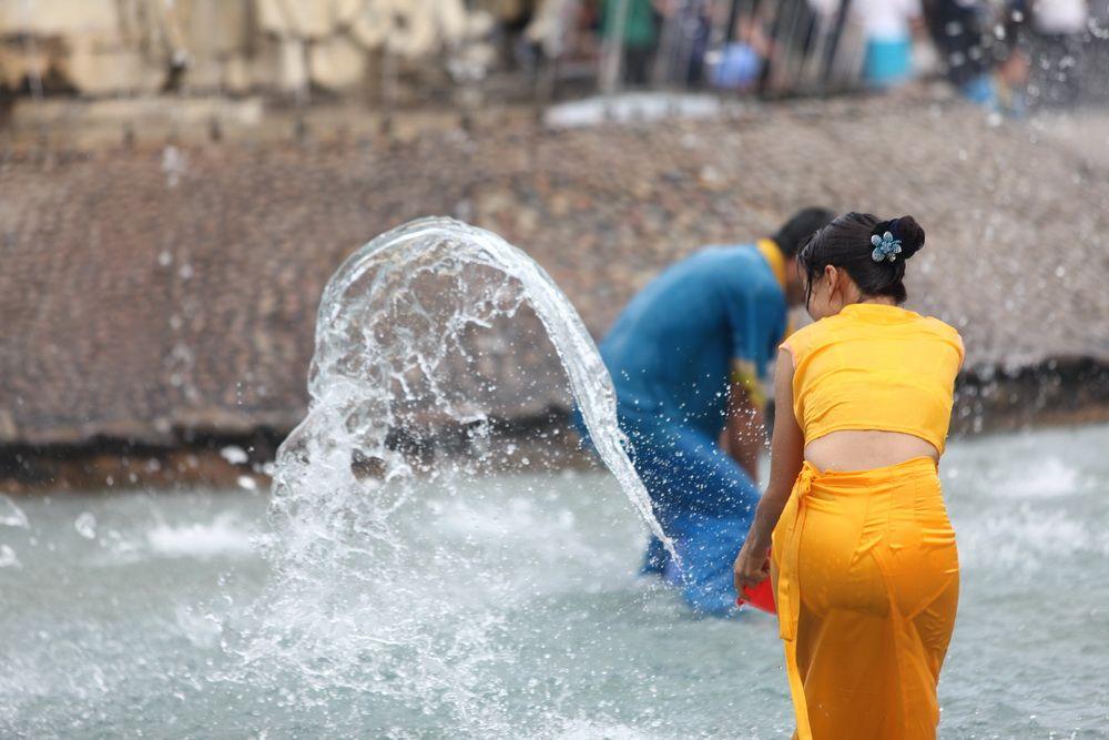 【濡れ透け】中国の「水掛け祭り」とかいうギャラリーが男だらけのイベントwwwwwwwwwwww・19枚目