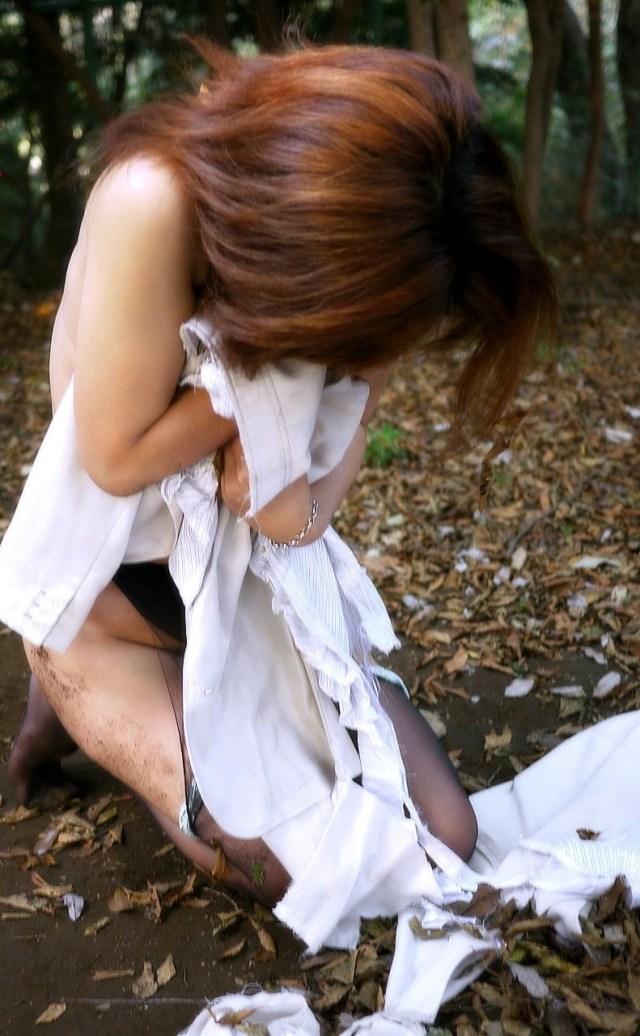 野外で放置されてる黒髪美少女、ワケアリっぽいと思ったらレ〇プされてた件。。。(画像あり)・2枚目