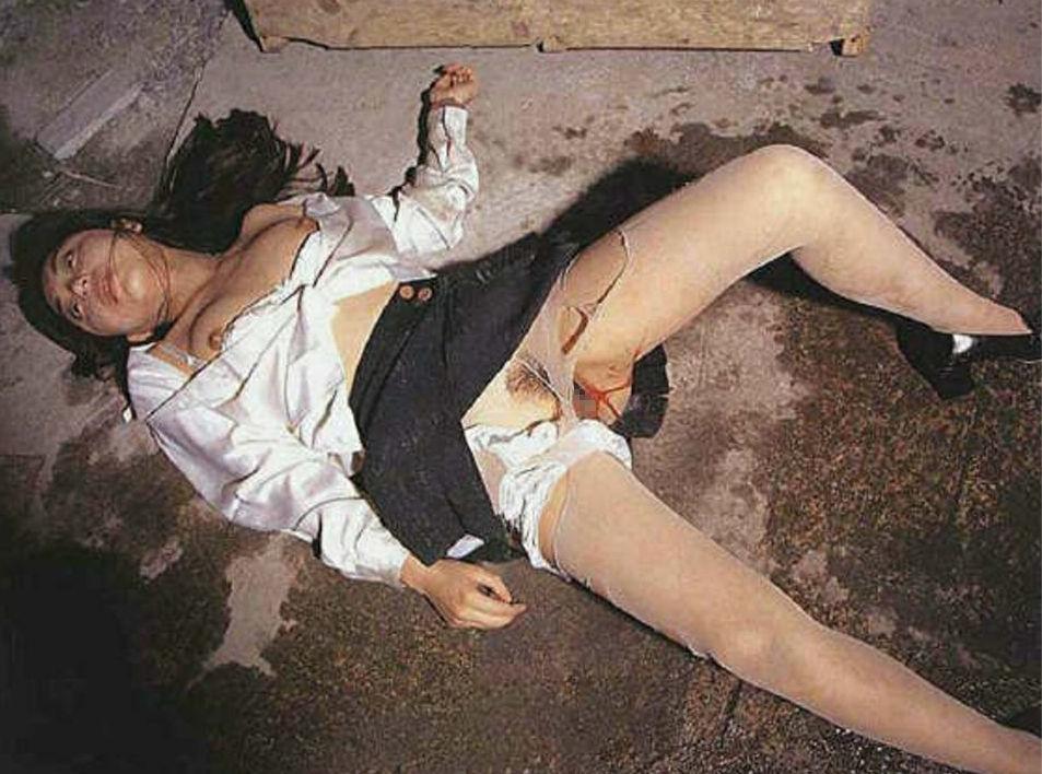 野外で放置されてる黒髪美少女、ワケアリっぽいと思ったらレ〇プされてた件。。。(画像あり)・20枚目