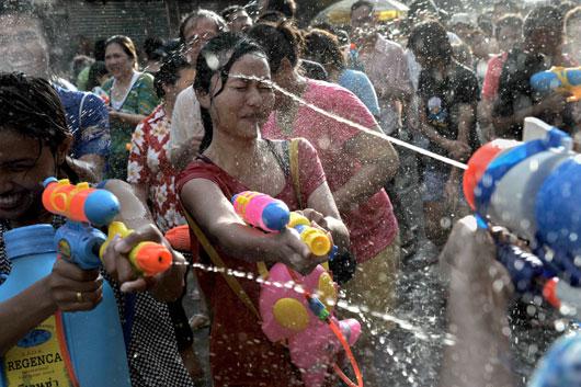 【濡れ透け】中国の「水掛け祭り」とかいうギャラリーが男だらけのイベントwwwwwwwwwwww・20枚目