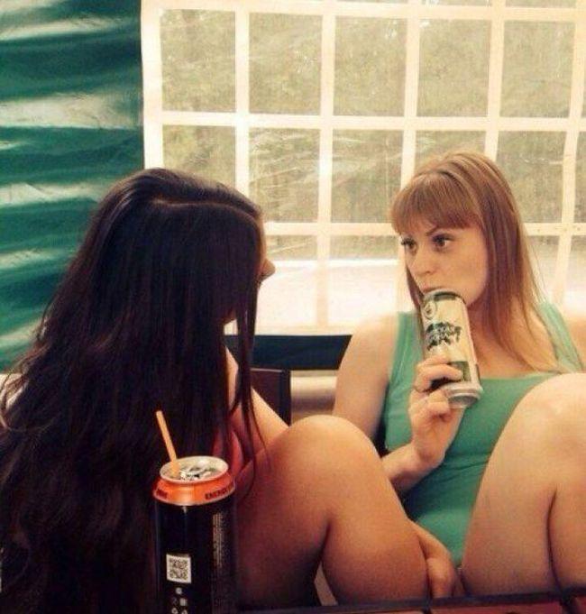 【錯覚】記念撮影で友達のマンコに腕をブチ込む女がいるんやが・・・(画像あり)・20枚目