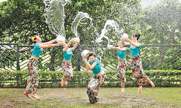 【濡れ透け】中国の「水掛け祭り」とかいうギャラリーが男だらけのイベントwwwwwwwwwwww・23枚目