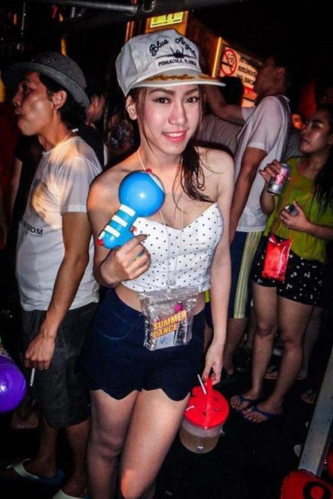 【濡れ透け】中国の「水掛け祭り」とかいうギャラリーが男だらけのイベントwwwwwwwwwwww・24枚目
