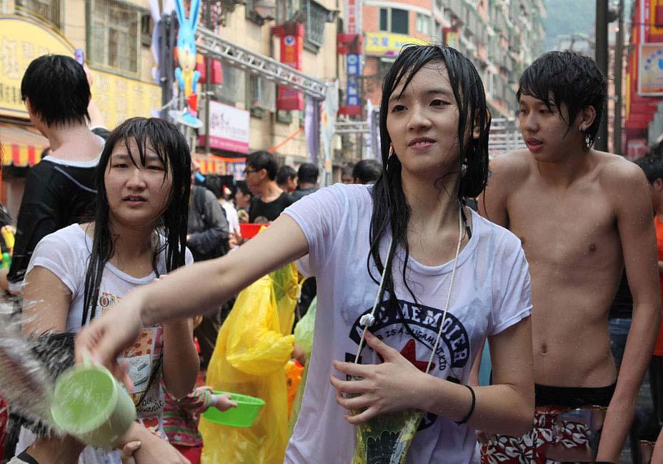 【濡れ透け】中国の「水掛け祭り」とかいうギャラリーが男だらけのイベントwwwwwwwwwwww・26枚目