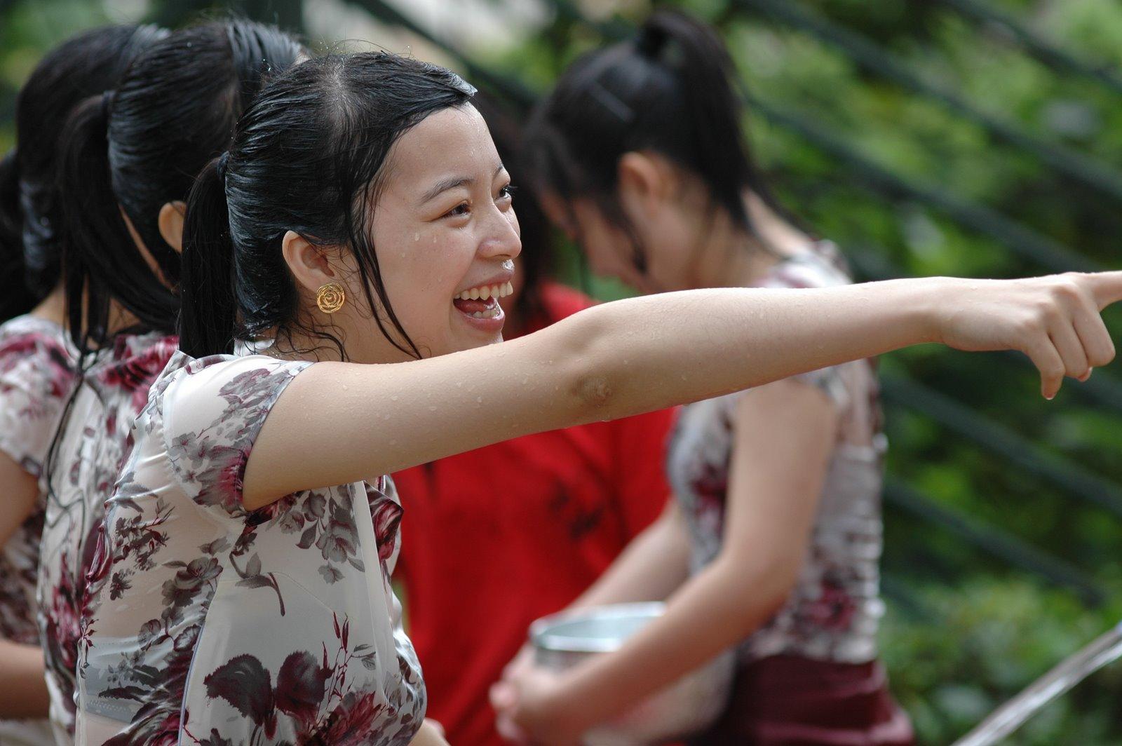 【濡れ透け】中国の「水掛け祭り」とかいうギャラリーが男だらけのイベントwwwwwwwwwwww・27枚目