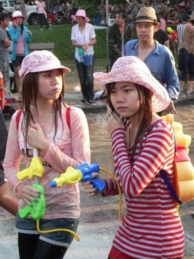 【濡れ透け】中国の「水掛け祭り」とかいうギャラリーが男だらけのイベントwwwwwwwwwwww・28枚目