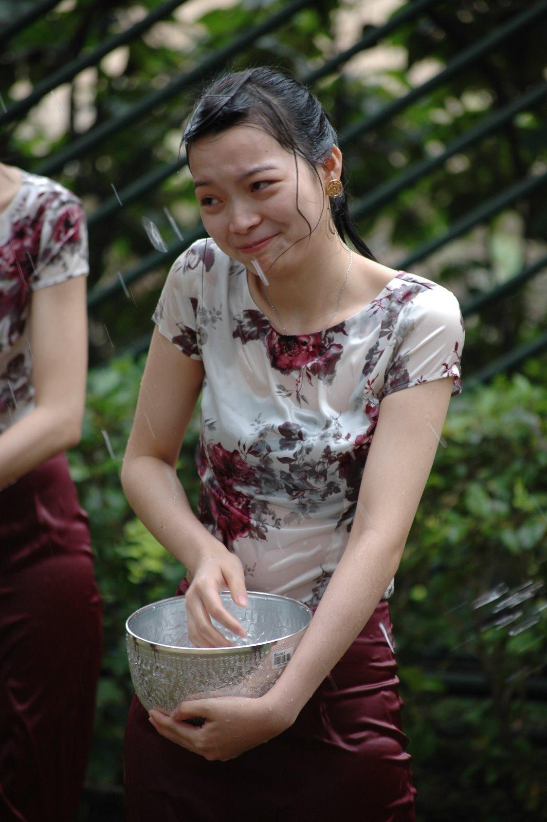 【濡れ透け】中国の「水掛け祭り」とかいうギャラリーが男だらけのイベントwwwwwwwwwwww・29枚目