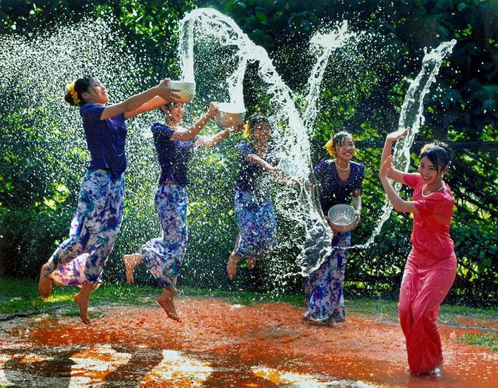 【濡れ透け】中国の「水掛け祭り」とかいうギャラリーが男だらけのイベントwwwwwwwwwwww・3枚目