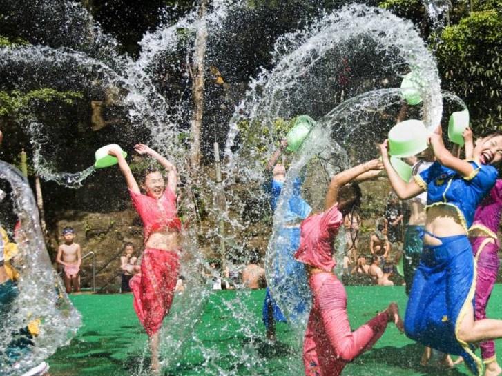 【濡れ透け】中国の「水掛け祭り」とかいうギャラリーが男だらけのイベントwwwwwwwwwwww・5枚目