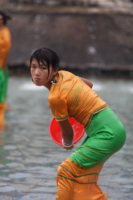 【濡れ透け】中国の「水掛け祭り」とかいうギャラリーが男だらけのイベントwwwwwwwwwwww・6枚目