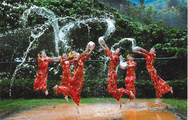 【濡れ透け】中国の「水掛け祭り」とかいうギャラリーが男だらけのイベントwwwwwwwwwwww・7枚目
