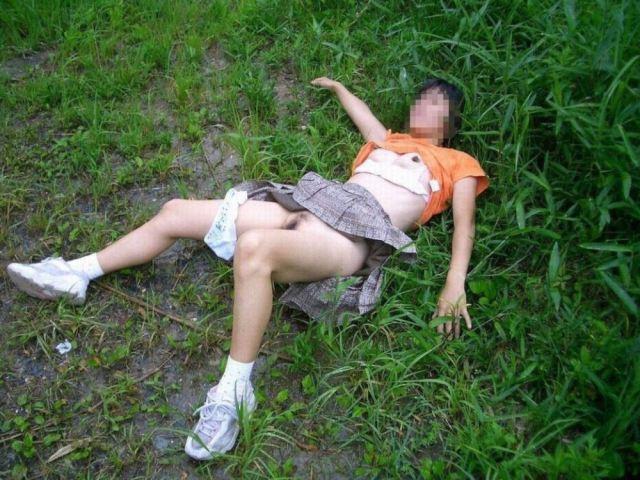 野外で放置されてる黒髪美少女、ワケアリっぽいと思ったらレ〇プされてた件。。。(画像あり)・8枚目