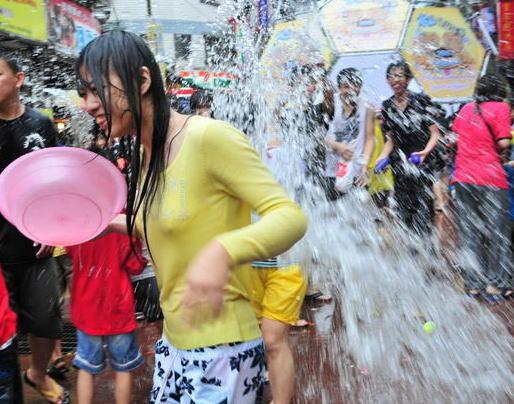 【濡れ透け】中国の「水掛け祭り」とかいうギャラリーが男だらけのイベントwwwwwwwwwwww・8枚目