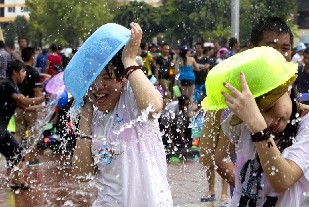 【濡れ透け】中国の「水掛け祭り」とかいうギャラリーが男だらけのイベントwwwwwwwwwwww・9枚目