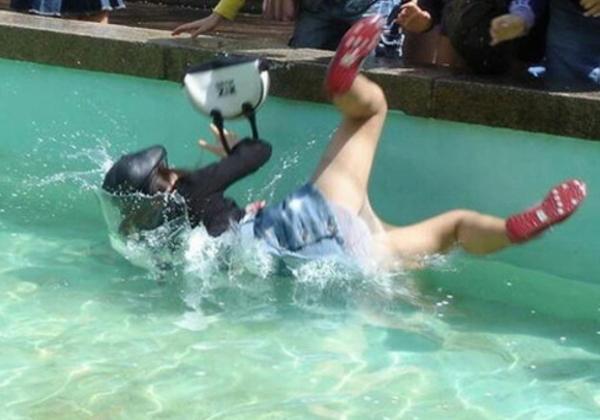 女子のこれ以上ないってくらい恥ずかしすぎる瞬間をとらえたハプニング集。(30枚)