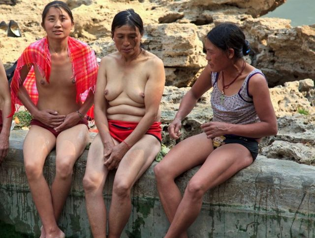 【危険】女とか子供とか関係ない中国の混浴露天風呂がマジでヤバイやろ。。(画像あり)・19枚目