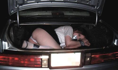 海外の性犯罪が撮影される…ガチでトランクに積んどるやんけ・・・(画像あり)・19枚目