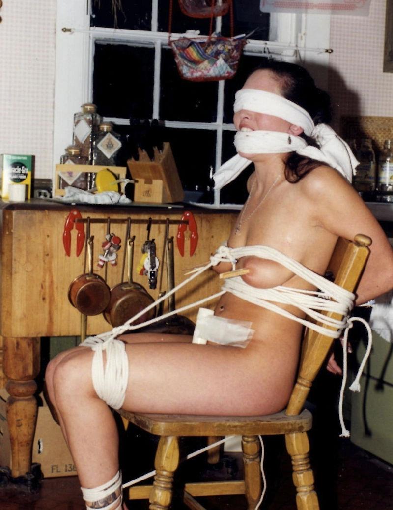 外国人の素人まんさん、緊縛プレイで椅子に縛られ放置される。。(画像30枚)・2枚目