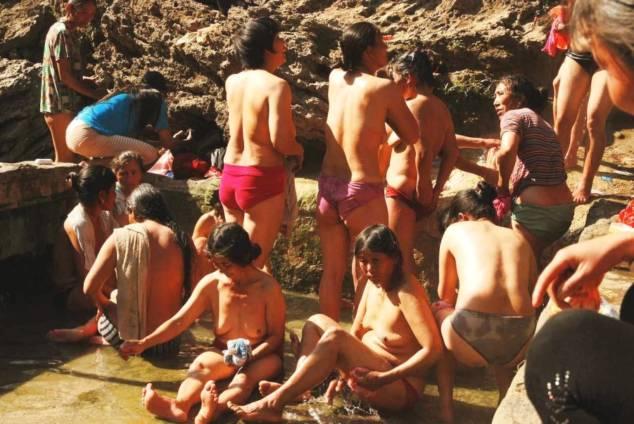 【危険】女とか子供とか関係ない中国の混浴露天風呂がマジでヤバイやろ。。(画像あり)・20枚目