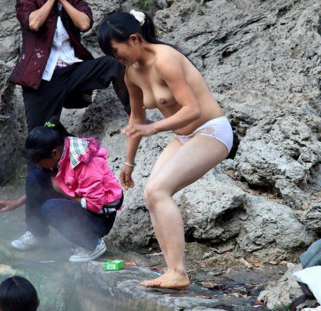 【危険】女とか子供とか関係ない中国の混浴露天風呂がマジでヤバイやろ。。(画像あり)・22枚目