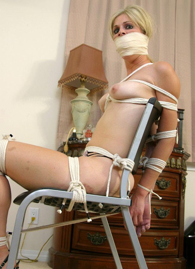 外国人の素人まんさん、緊縛プレイで椅子に縛られ放置される。。(画像30枚)・22枚目