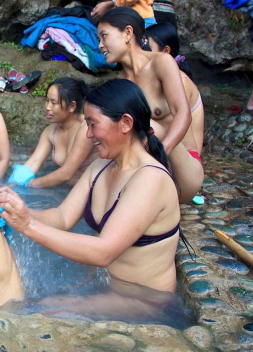 【危険】女とか子供とか関係ない中国の混浴露天風呂がマジでヤバイやろ。。(画像あり)・23枚目
