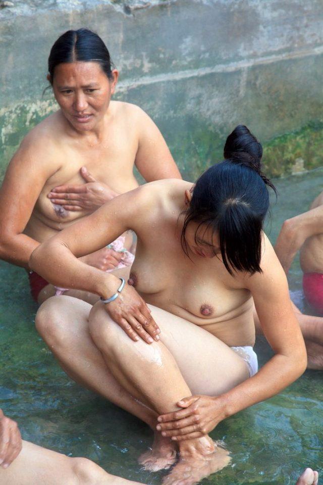 【危険】女とか子供とか関係ない中国の混浴露天風呂がマジでヤバイやろ。。(画像あり)・24枚目