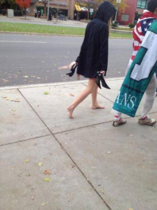 【エロ画像】飲み明かした朝帰り女子さんの身なりをご覧くださいwwwwwwwwwwww・27枚目