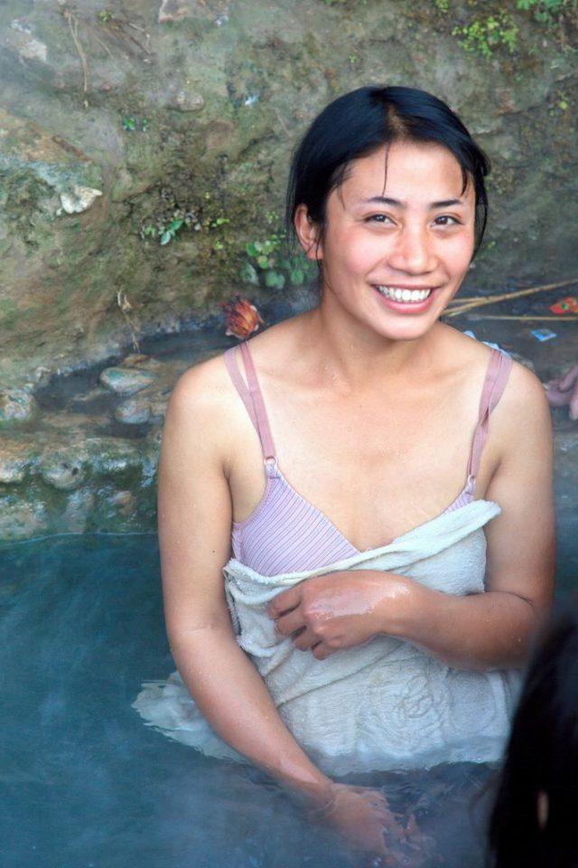 【危険】女とか子供とか関係ない中国の混浴露天風呂がマジでヤバイやろ。。(画像あり)・9枚目