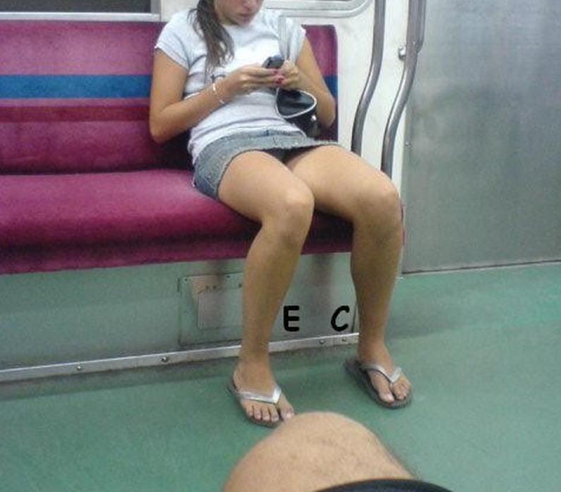 通勤中の車内でパンチラ誘惑してるオンナ、完全に誘ってるだろコレ・・・(画像30枚)・14枚目
