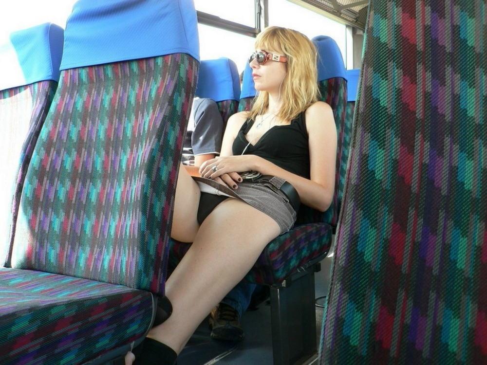 通勤中の車内でパンチラ誘惑してるオンナ、完全に誘ってるだろコレ・・・(画像30枚)・17枚目