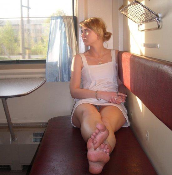 通勤中の車内でパンチラ誘惑してるオンナ、完全に誘ってるだろコレ・・・(画像30枚)・20枚目