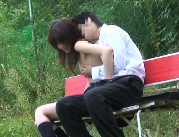 【盗撮注意】公園で盛る高校生カップル、真ッ昼間からおっぱじめる・・・・・(画像38枚)・1枚目