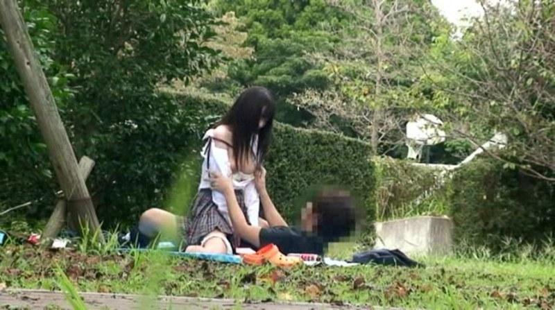 【盗撮注意】公園で盛る高校生カップル、真ッ昼間からおっぱじめる・・・・・(画像38枚)・4枚目