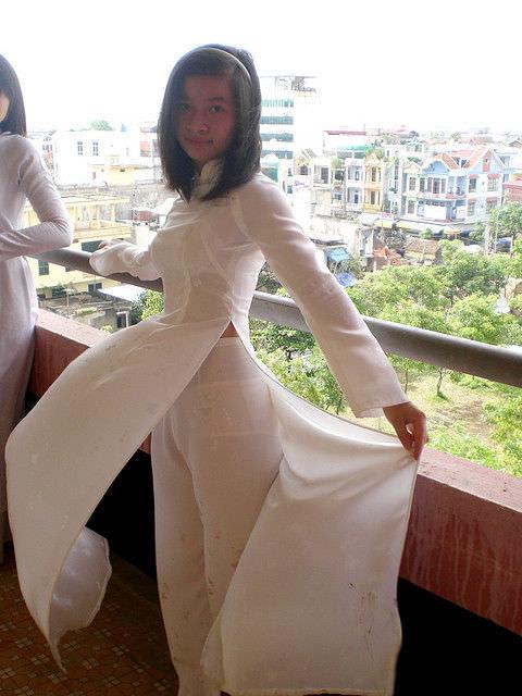 【エロ画像】ベトナムの学生服、透けて見えるも色気ない下着を晒してしまう・・・・・・1枚目