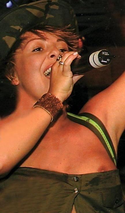 海外女性アーティストさん、おっぱいとかマンコがマジで丸見えwwwwwwww・11枚目