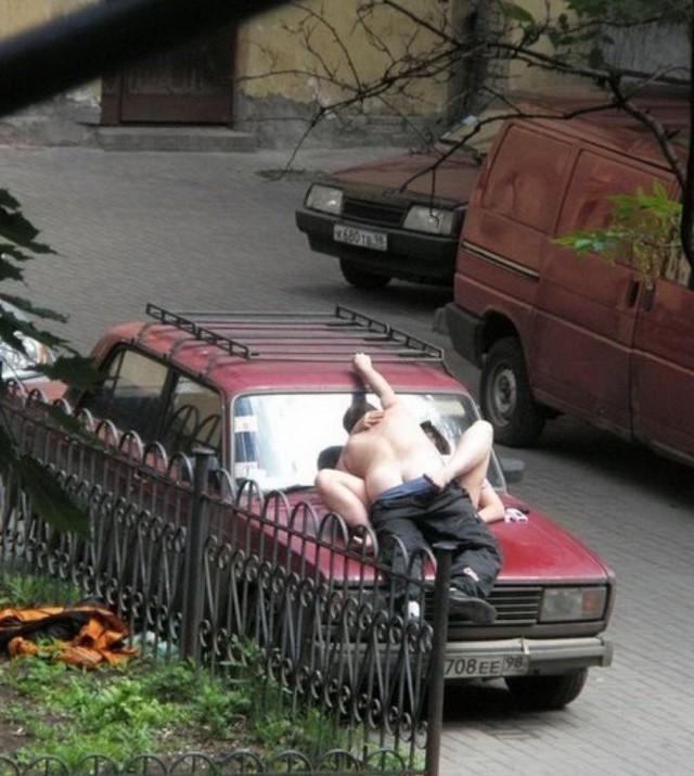 【海外青姦エロ画像】白昼堂々と外でハメまくってるバカップル意外といるんだなぁwwwwwwwwww・20枚目
