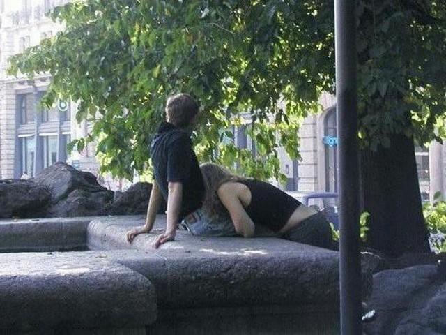 【海外青姦エロ画像】白昼堂々と外でハメまくってるバカップル意外といるんだなぁwwwwwwwwww・27枚目
